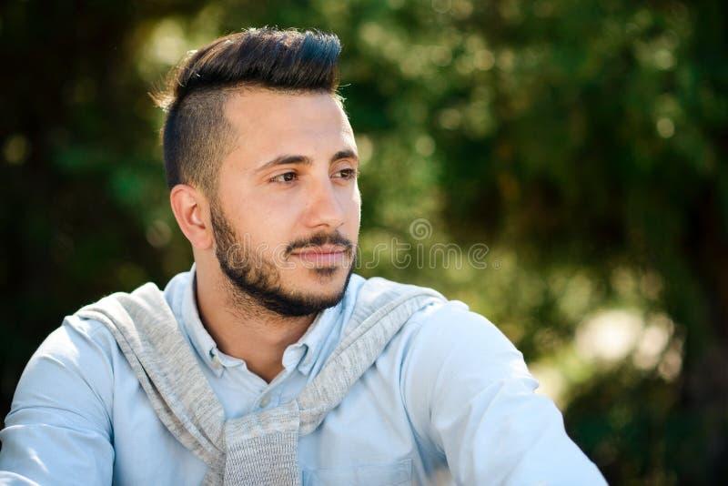 Portret młody człowiek, modniś, z gęstą czarną brodą zdjęcie royalty free