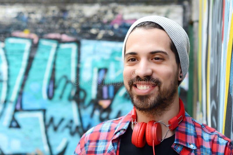 Portret młody człowiek przeciw kolorowej ścianie zdjęcia stock