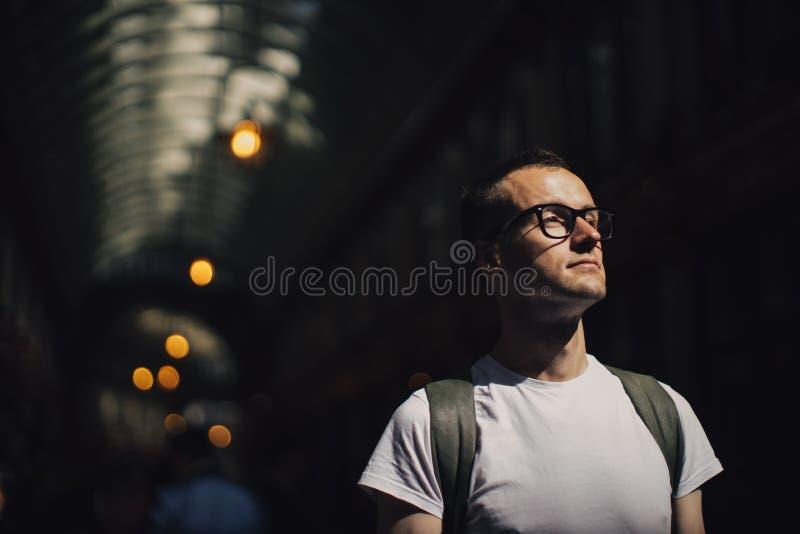Portret młody człowiek przed przejściem zdjęcia stock
