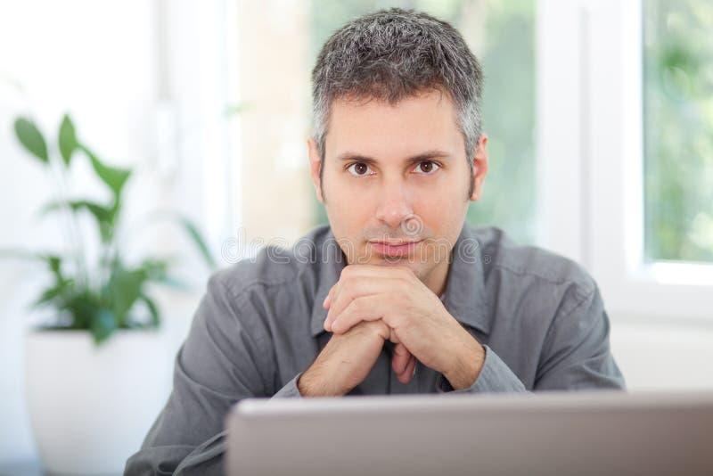 Portret młody człowiek przy pracą obraz stock