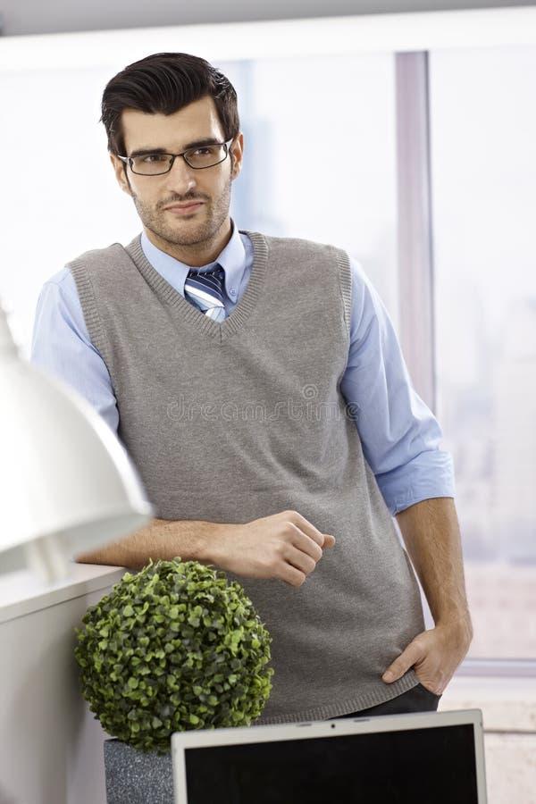 Portret młody człowiek w biurze zdjęcie royalty free