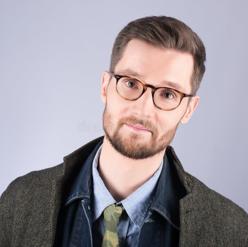 Portret młody człowiek w eleganckim, nowożytny odziewa Szkła i obraz royalty free