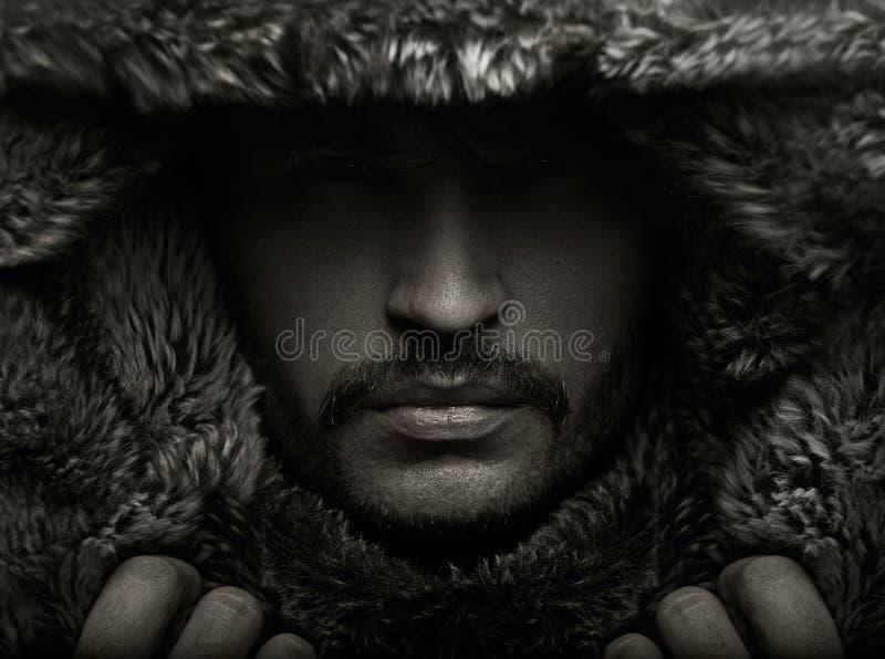 Portret młody człowiek w futerkowym kapiszonie fotografia stock