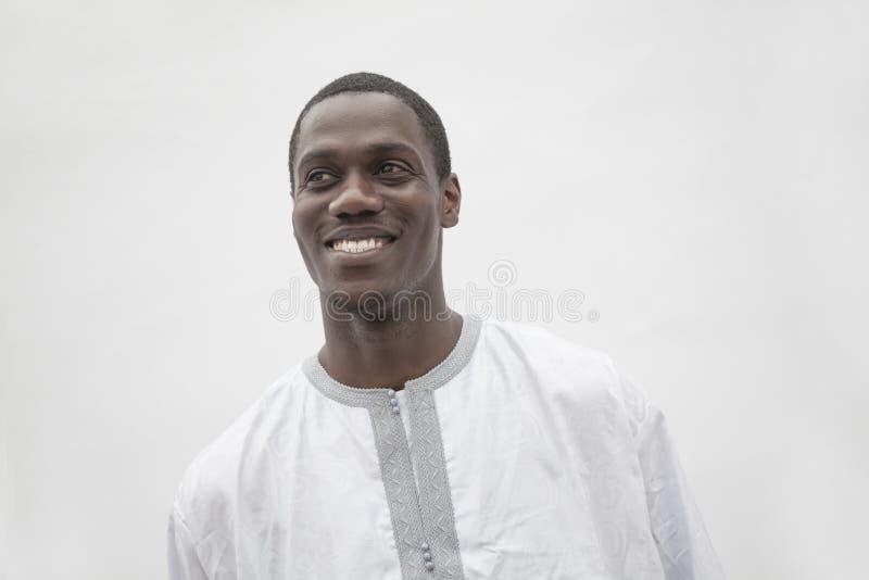 Portret młody człowiek w tradycyjnej Afrykańskiej odzieży, studio strzał fotografia royalty free
