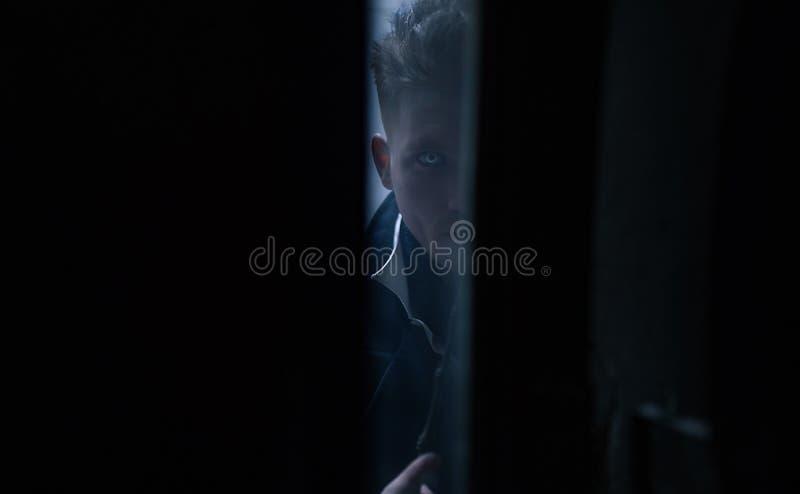 Portret młody człowiek w wizerunku czarny magik z magiczną różdżką obraz stock