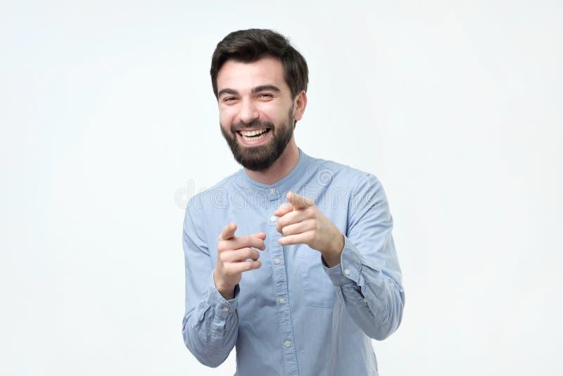 Portret młody człowiek wskazuje jego palcowego przy tobą fotografia stock