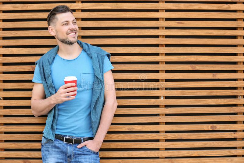 Portret młody człowiek z filiżanką kawy obrazy royalty free