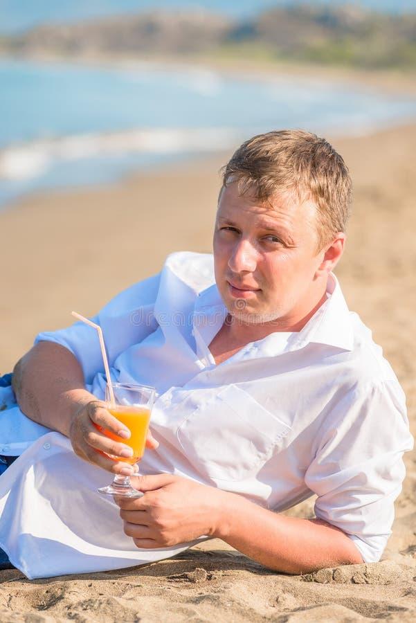 Portret młody człowiek z szkłem koktajl obrazy stock