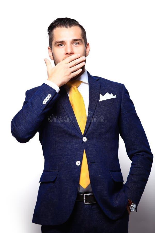Portret młody człowiek z szokującym wyrazem twarzy zdjęcia stock
