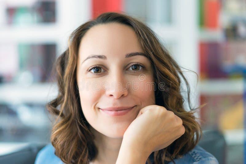 Portret młody girl& x27; s twarzy uśmiechnięty zakończenie up zdjęcie stock