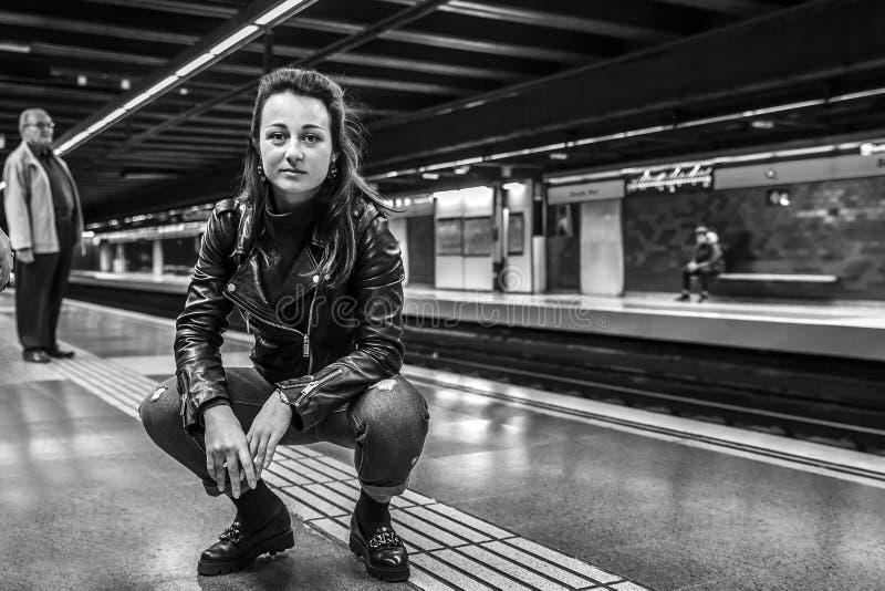 Portret młody i atrakcyjny kobiety obsiadanie w staci metru obraz royalty free