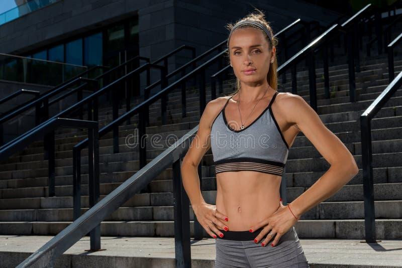 Portret młody i piękny żeński sprawności fizycznej szkolenie Sport motywacja obrazy royalty free