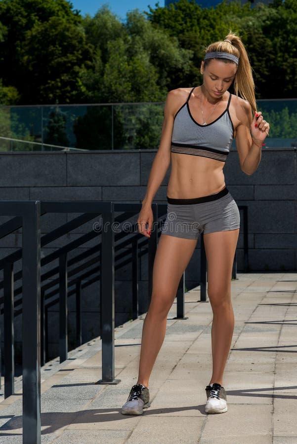 Portret młody i piękny żeński sprawności fizycznej szkolenie Sport motywacja zdjęcie royalty free