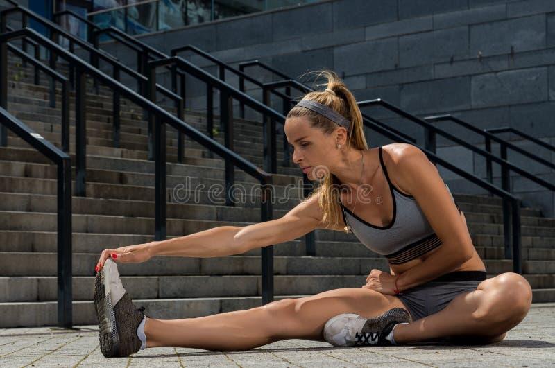 Portret młody i piękny żeński sprawności fizycznej szkolenie Sport motywacja fotografia stock