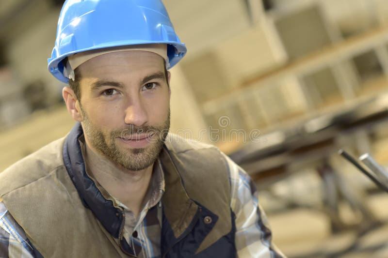 Portret młody inżynier w przemysłowej fabryce zdjęcie royalty free