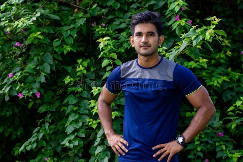 Portret młody indyjski mężczyzna w parku na zielonym tle obrazy royalty free