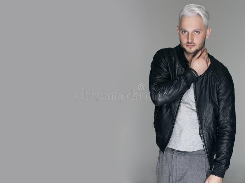 Portret młody interesujący mężczyzna przeciw popielatemu tłu, przestrzeń obrazy royalty free