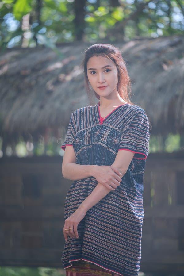 Portret młody Karen wonen uśmiecha się w lasowym miejscowym Thailand fotografia royalty free