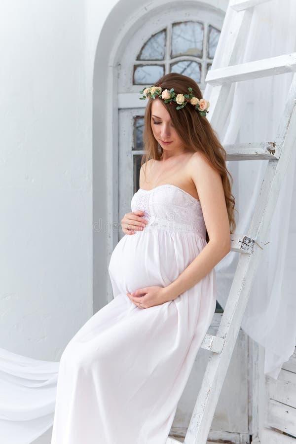 Portret młody kobieta w ciąży zdjęcia royalty free