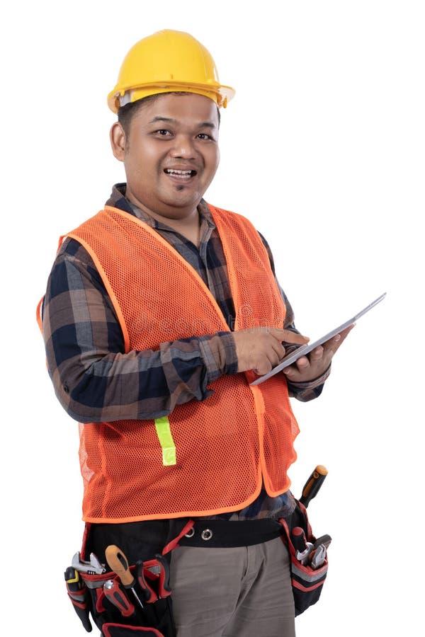 Portret młody konstruktor trzyma cyfrową pastylkę od bocznego widoku zdjęcie stock