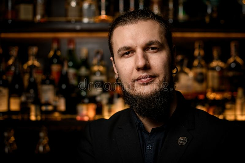 Portret młody męski barman w barze obrazy royalty free