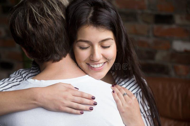 Portret młody piękny żony obejmowania mąż zdjęcie stock