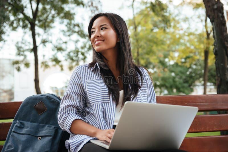Portret młody piękny azjatykci żeński uczeń z laptopem, si obraz stock