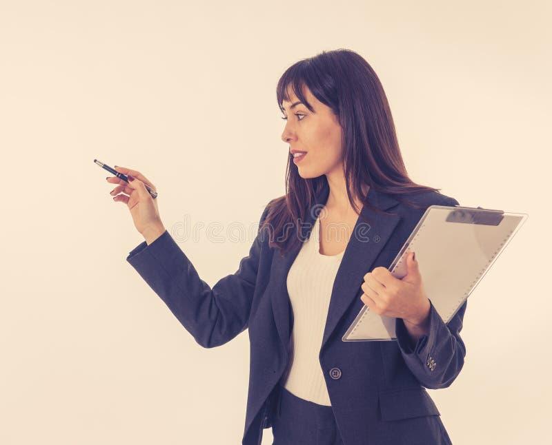 Portret młody piękny i ufny biznesowej kobiety o trener zdjęcia stock