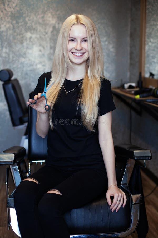 Portret młody piękny kobieta fryzjer męski zdjęcia royalty free