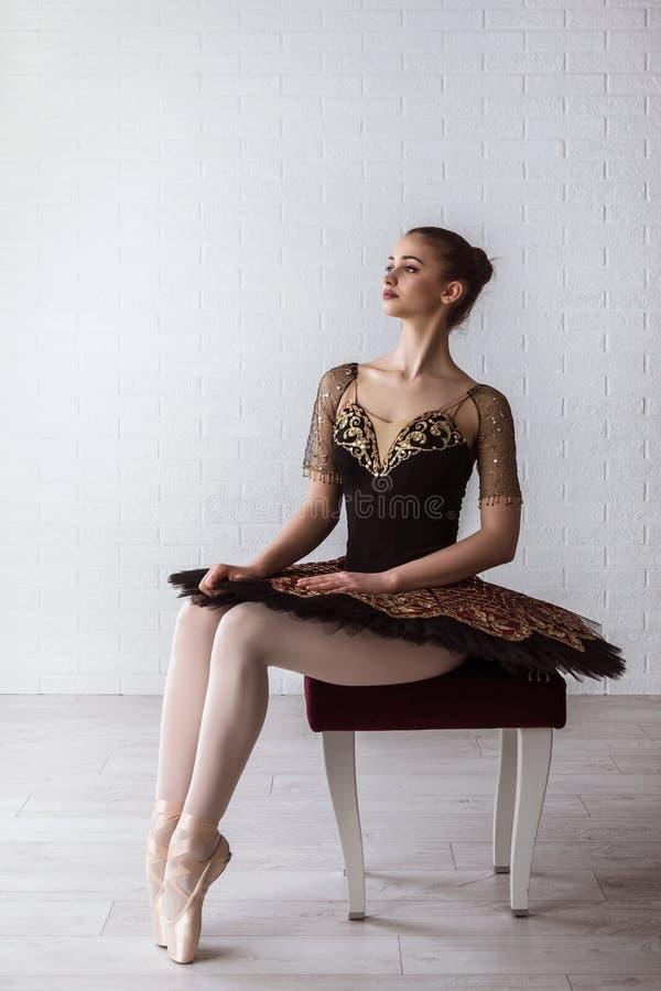 Portret młody piękny perfect baleriny obsiadanie na krześle indoors zdjęcia stock
