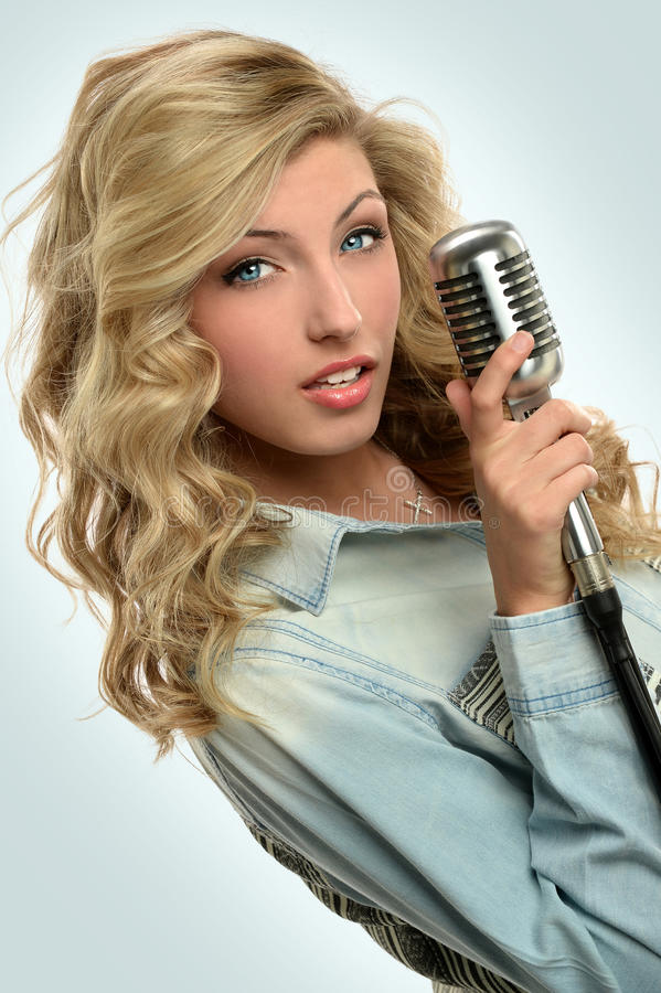 Portret Młody piosenkarz fotografia stock