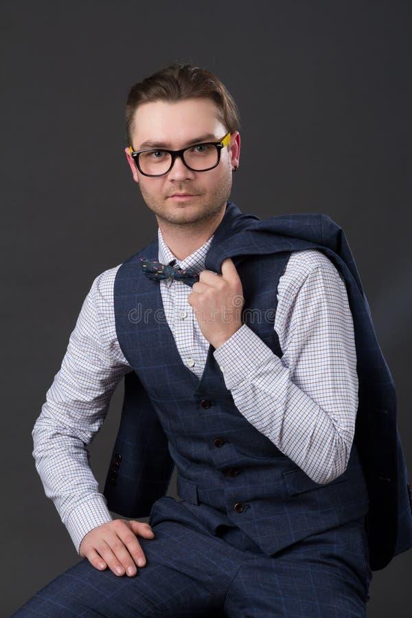 Portret młody pomyślny biznesmena obsiadanie na krześle fotografia stock