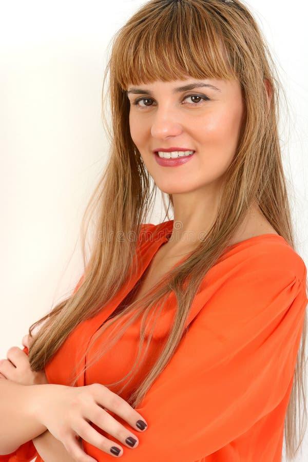 Portret młody pomyślny bizneswoman ono uśmiecha się z ręki fol zdjęcie royalty free