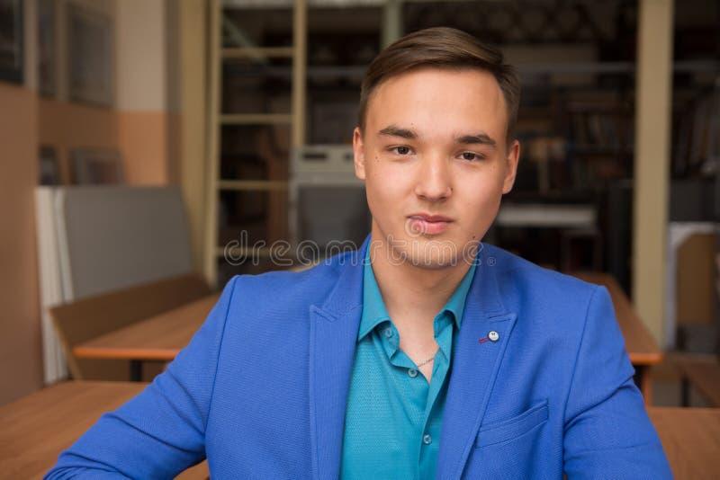 Portret młody pomyślny mężczyzna w błękitnym kostiumu fotografia royalty free