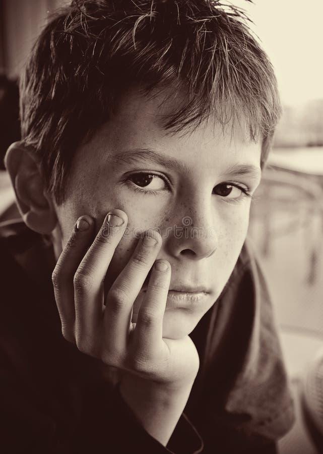 Portret młody poważny chłopiec odbijać obraz stock
