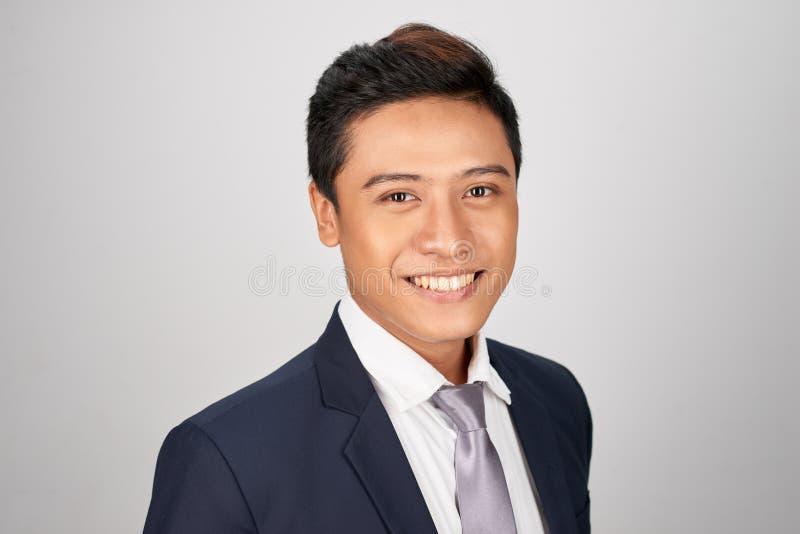 Portret młody przystojny Azjatycki biznesmen na białym tle zdjęcia royalty free