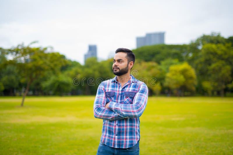 Portret Młody Przystojny Indiański mężczyzna W Parkowym główkowaniu obraz stock