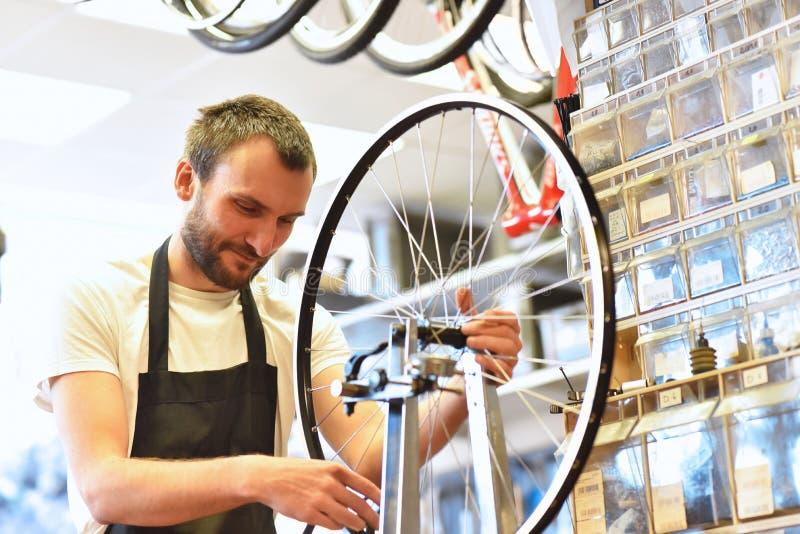 Portret młody rowerowy mechanik w warsztacie obraz royalty free