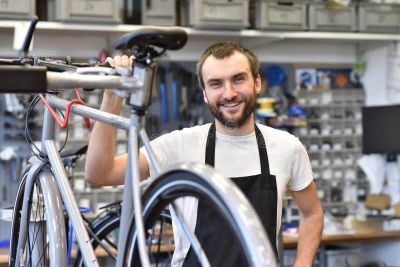 Portret młody rowerowy mechanik w warsztacie obrazy royalty free