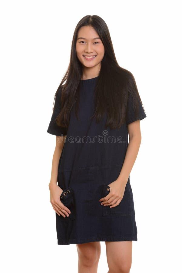 Portret młody szczęśliwy Azjatycki nastoletniej dziewczyny ono uśmiecha się zdjęcie stock