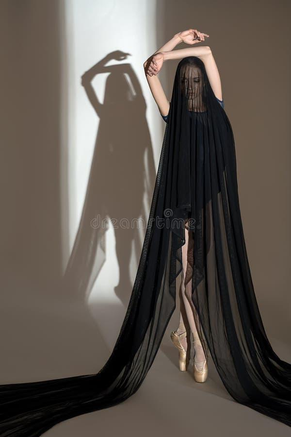 Portret młody tancerz z ładnym czernią zdjęcia royalty free
