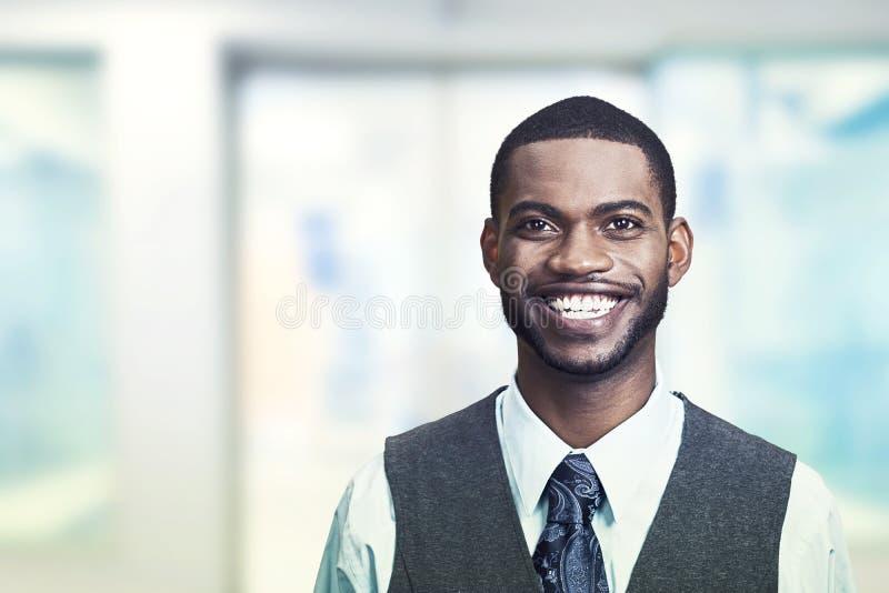 Portret młody uśmiechnięty biznesmen obrazy stock