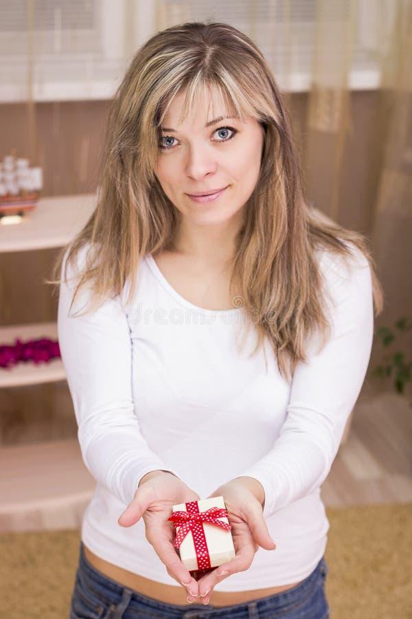 Portret młody uśmiechnięty kobieta prezenta pudełka chwyt zdjęcia stock