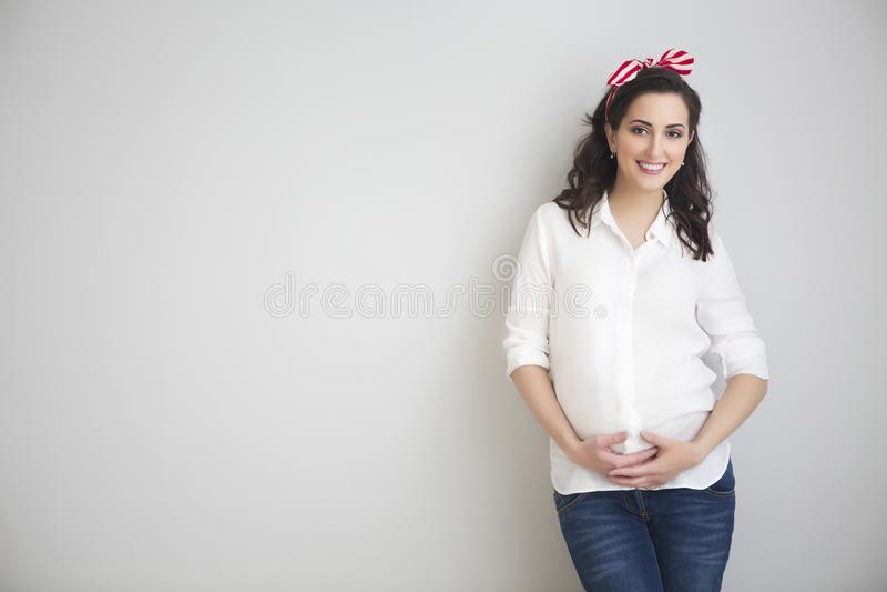 Portret młody uśmiechnięty kobieta w ciąży zdjęcia royalty free