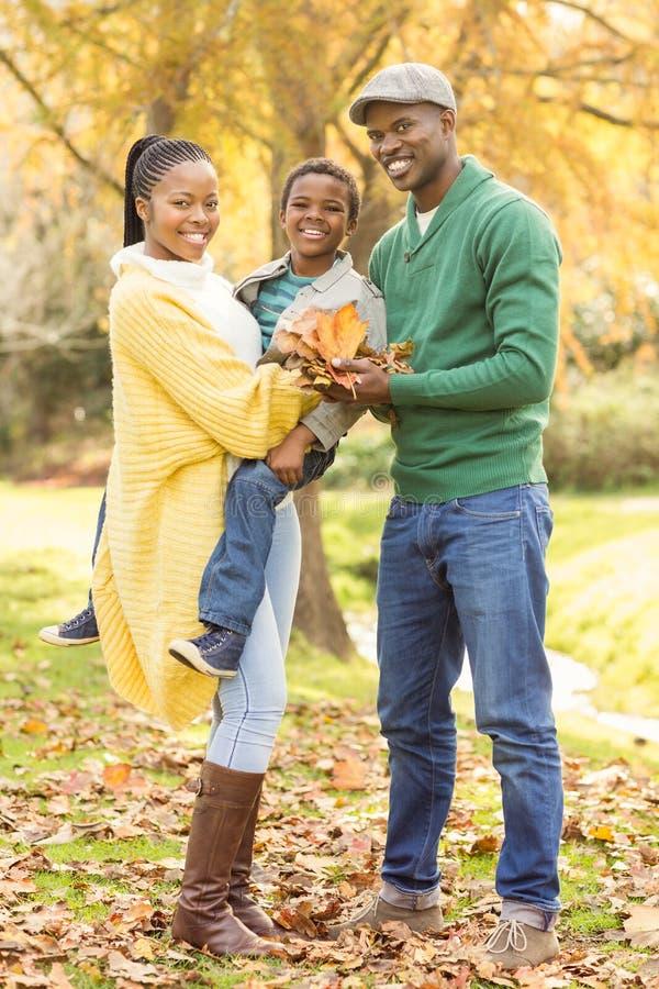 Portret młody uśmiechnięty rodzinny mienie opuszcza zdjęcie royalty free