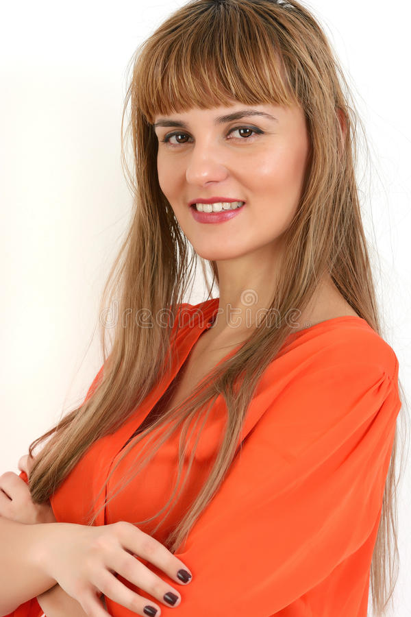 Portret młody ufny bizneswoman z rękami składał isola obraz stock