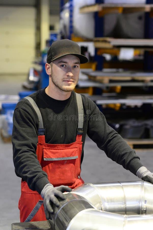 Portret młodzi aplikanci w metalworking firmie zdjęcia stock