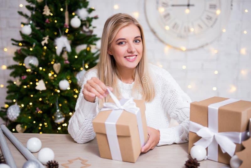 Portret młodzi piękni blond kobiety otwarcia bożych narodzeń prezenty fotografia royalty free