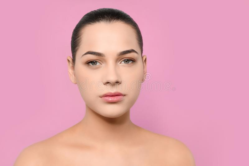 Portret m?oda kobieta z pi?kn? twarz? i naturalnym makeup obraz royalty free