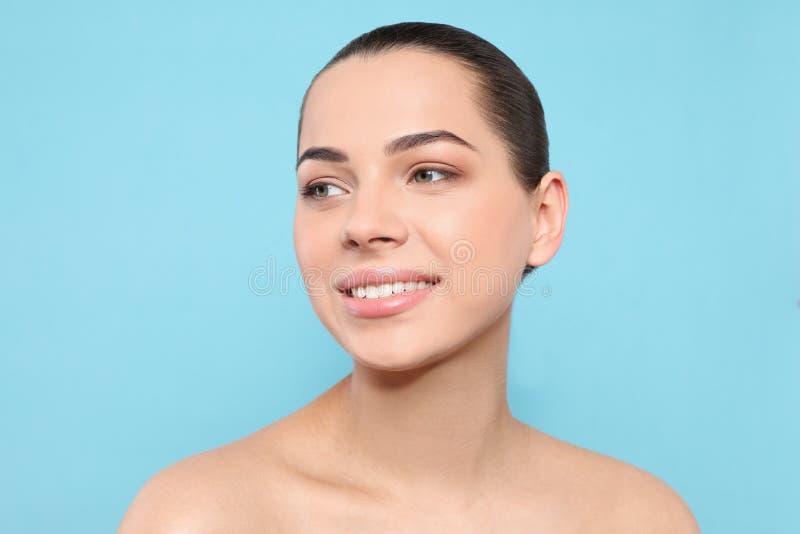 Portret m?oda kobieta z pi?kn? twarz? i naturalnym makeup fotografia royalty free